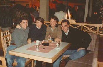 Il gruppo in viaggio si gode una sosta in una discoteca austriaca