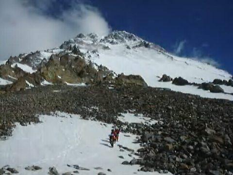 In cammino verso lo Sperone degli Abruzzi, a 5.250 m slm